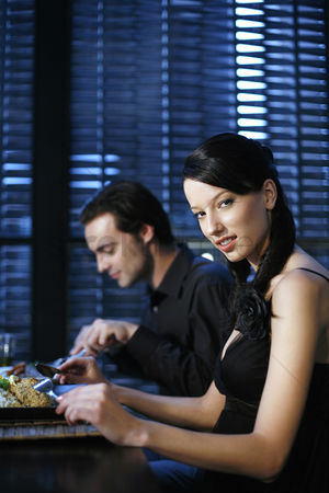 食物 : Couple eating at a restaurant
