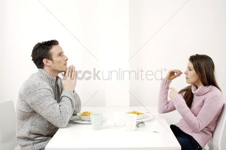 她 : Couple having breakfast cereal