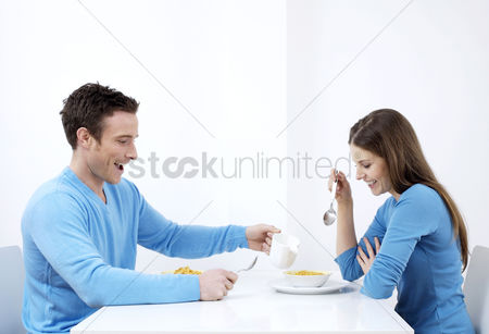 食物 : Couple having breakfast together