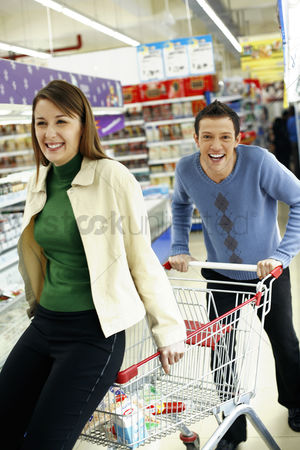 购物 : Couple having fun shopping in the supermarket