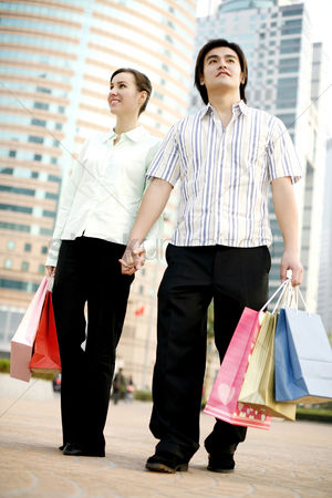 购物 : Couple holding hands while shopping