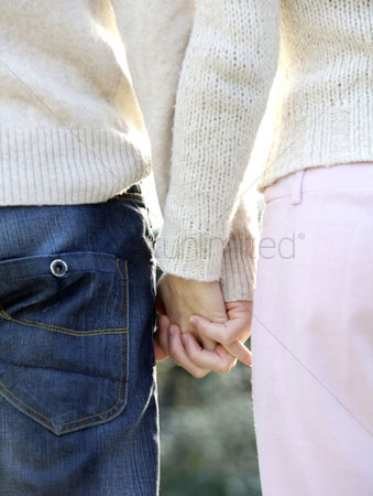 她 : Couple holding hands