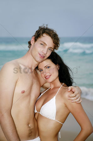 只有成人 : Couple posing on the beach