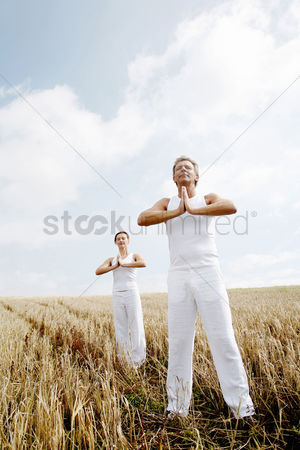 只有成人 : Couple practicing yoga