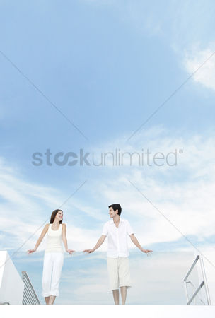 她 : Couple standing at the balcony