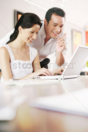 技术 : Couple using laptop