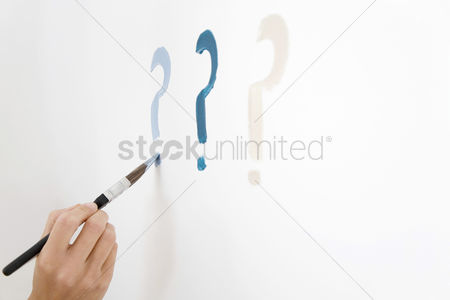 内饰 : Drawing question mark on white wall