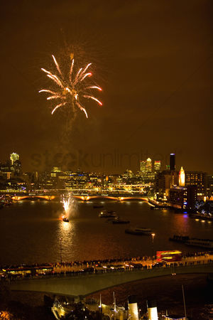 房屋地标 : Fireworks over river thames
