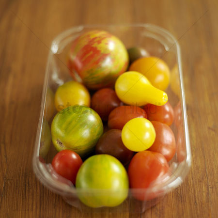 食物 : Fresh tomatoes in a transparent container