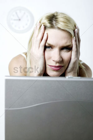 流动性 : Frustrated woman using laptop