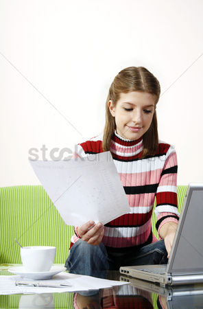 技术 : Girl doing assignment on the laptop
