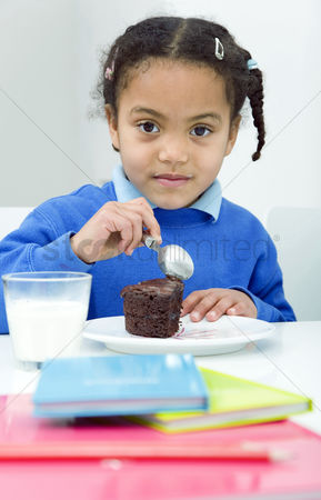 学校 : Girl enjoying a slice of cake