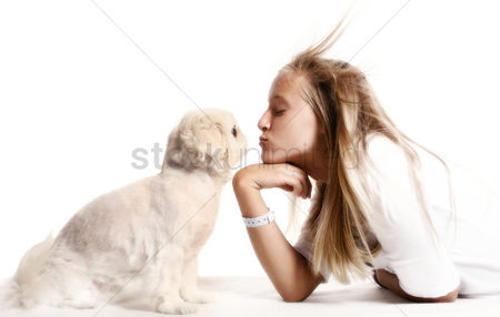 动物 : Girl kissing dog