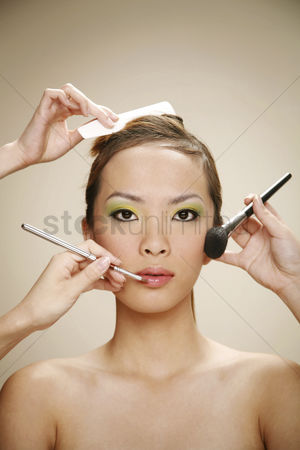 美女时尚 : Hands making-up woman s face