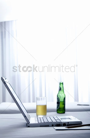 流动性 : Laptop and beer on the bed