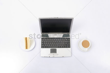 食物 : Laptop with coffee and sandwich