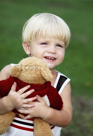 学校 : Little boy hugging a toy bear