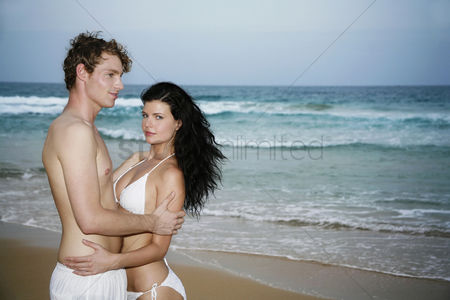 只有成人 : Loving couple on the beach