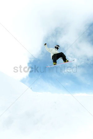 体育 : Male snowboarder in air