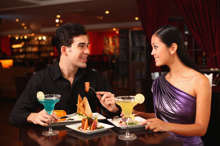 食物 : Man and woman chatting while having dinner together