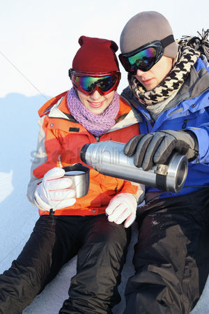 食物 : Man and woman drinking hot water on winter day