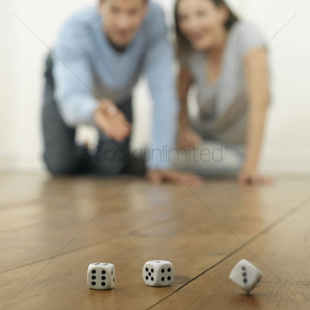 只有成人 : Man and woman throwing dices on the floor