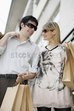 购物 : Man and woman with paper bags
