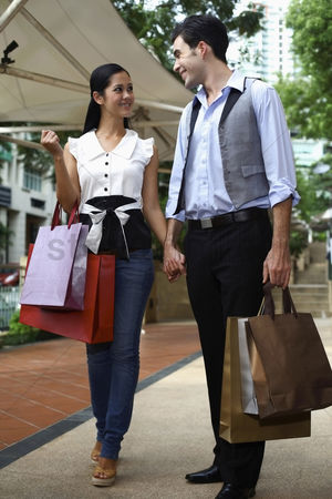 购物 : Man and woman with shopping bags