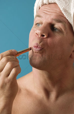 美女时尚 : Man applying lipstick on his lips
