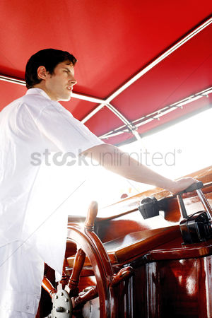 内饰 : Man at helm of yacht