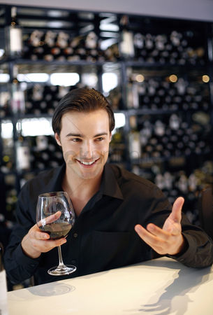 饮料 : Man holding a glass of wine