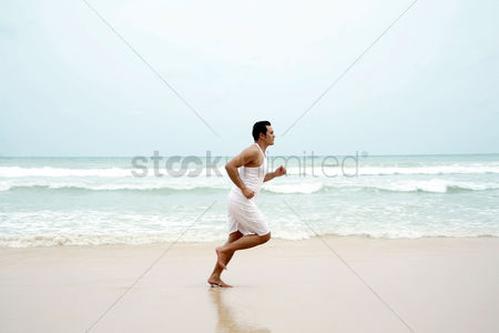只有成人 : Man jogging on the beach