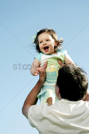 公园户外 : Man lifting up his daughter