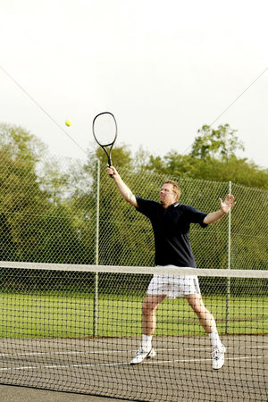 心脏 : Man playing tennis in the tennis court