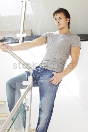 美女时尚 : Man posing on the staircase