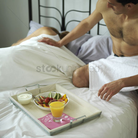 食物 : Man serving a tray of breakfast for is sleeping wife