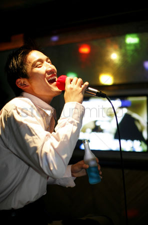 饮料 : Man singing in a karaoke lounge