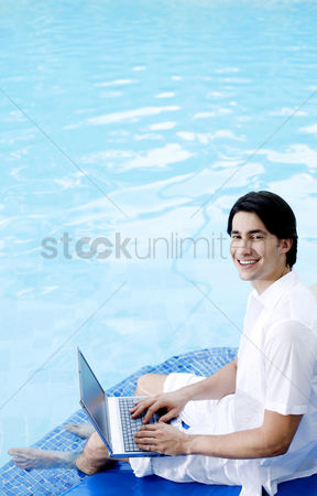 只有成人 : Man sitting on the pool side using laptop