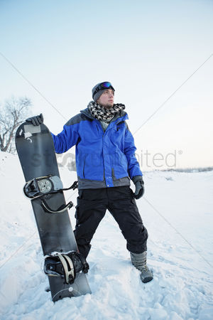 体育 : Man with snowboard