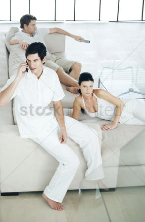 只有成人 : Men and woman lazing around at home