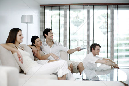 技术 : Men and women watching television at home