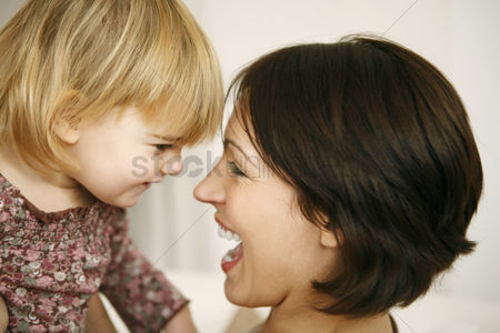孩子 : Mother and daughter having fun