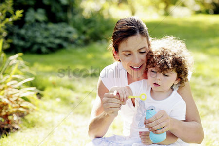 草 : Mother and daughter playing with soap bubbles