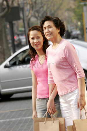 购物 : Mother and daughter shopping together