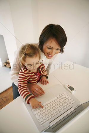 技术 : Mother and daughter using laptop