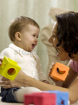 孩子 : Mother playing with baby girl