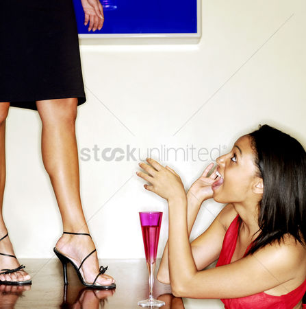 饮料 : Naughty woman standing on top of table in a bar