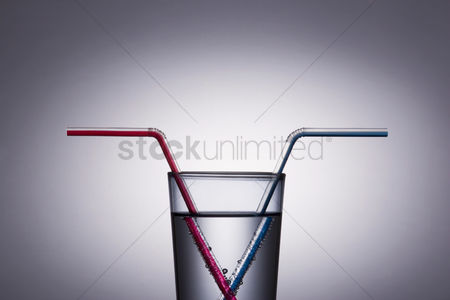 饮料 : Red and blue drinking straw in a glass of water