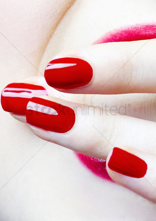 人 : Red coloured finger nails