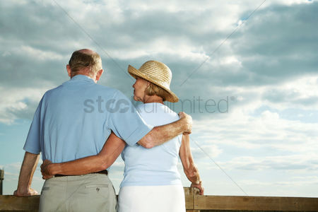 环境 : Senior couple enjoying beautiful field scenery
